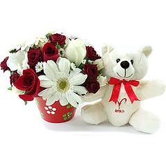 Um delicado e surpreendente arranjo de flores mistas em tons de branco e vermelho que acompanha o ursinho exclusivo ariano, celebrando a impulsividade, espontaneidade e inginuidade tão características desse signo.