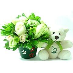 Um delicado e surpreendente arranjo de flores mistas em tons de branco que acompanha o ursinho exclusivo taurino, celebrando a realização e teimosia tão características desse signo.