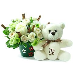 Um delicado e surpreendente arranjo de flores mistas em tons de branco que acompanha o ursinho exclusivo virginiano, celebrando a opinião, perfeccionismo e inteligência tão características desse signo.