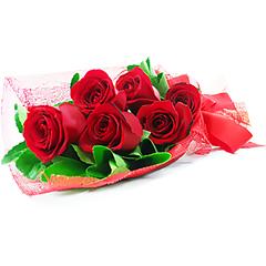 Seis rosas vermelhas nacionais fazem parte deste ramalhete super charmoso e romântico.