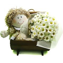 linda bonequinha de pano com delicadas margaridinhas em bau de madeira.