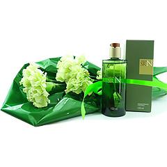 Delicado e pequeno bouquet confeccionado com cravos verdes e um frasco delicioso de Sr N de Natura.