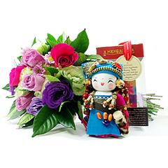 Uma forma carinhosa de desejar sucesso - com flores e uma bonequinha mensageira.