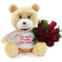 Lindo ursinho Ted com blusinha personalizável (você pode solicitar uma frase de até 30 caracteres, bastando enviar um email ou whatsapp com o numero do seu pedido) e rosas nacionais vermelhas. Um presente com a sua cara.
