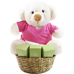 Comemore a chegada da bebê com um ursinho exclusivo Florencanto com a blusinha é uma menina em uma cesta com quatro produtos da linha Mamãe e Bebê Natura.