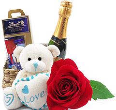 Uma caixa premium de mini tabletes de chocolate importado Lindt, um mini ursinho de pelúcia, uma chandon baby e uma linda rosa vermelha. Presente cheio de estilo!