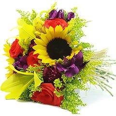 Bouquet confeccionado com mix de flores da época em tons alegres para transmitir muita energia.