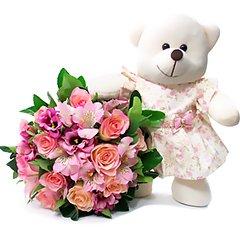 Delicado bouquet de flores acompanhado de uma ursinha de pelúcia.