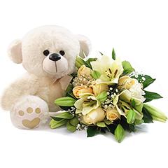 Lindo bouquet de flores mistas em tons suaves com um delicado ursinho de pelúcia!