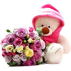 Lindo bouquet confeccionado com diversas rosas em tons de pink, rosa, branco e lilás, acompanhado de um ursinho de pelúcia com casaquinho de capuz. Um charme!
