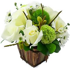 Muita luz e paz neste mix de flores brancas com rosas importadas e folhagens.