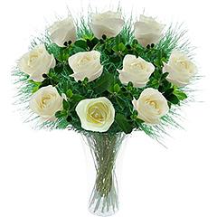 Doze lindas rosas nacionais brancas em vaso de acrílico.