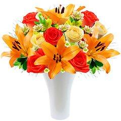 Flores diversas em tons de laranja e champagne compõem esse arranjo maravilhoso em vaso de acrilico. vOBS - os lírios seguem em botão para maior durabilidade com o presenteado.