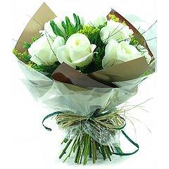Clássico bouquet com 10 rosas nacionais brancas.