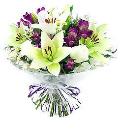 Contrastante bouquet com lírios brancos e alstroemérias roxas e liláses. Impressionante demonstração de carinho. Obs: Os lírios geralmente são entregues com as flores ainda em forma de botão de forma a durarem mais para o cliente.