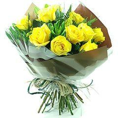 Bouquet com 10 rosas nacionais amarelas.