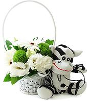 Delicada cestinha de flores em tons de branco, com uma pelúcia de zebrinha super macia da coleção Safari Baby.